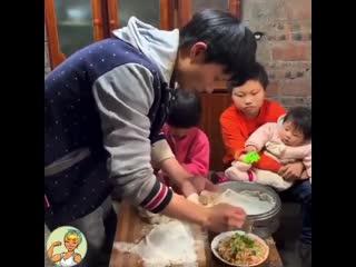 Папа готовит для своих троих детей