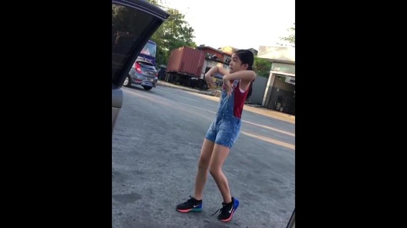 Девочка взорвала интернет (смешное видео, хорошее настроение, юмор, танец школьницы, звезда танцует, любительское, топ, танцор)