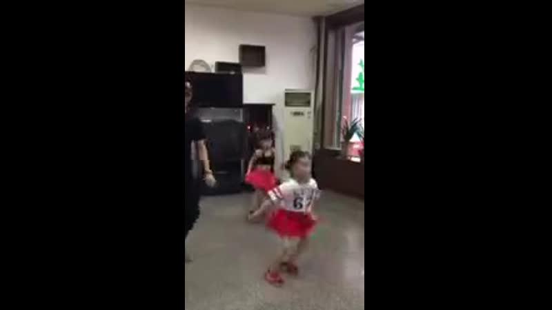 Папа с дочками танцуют 🤩 Приятно посмотреть на такую семью 😍 Девочки 100% выра