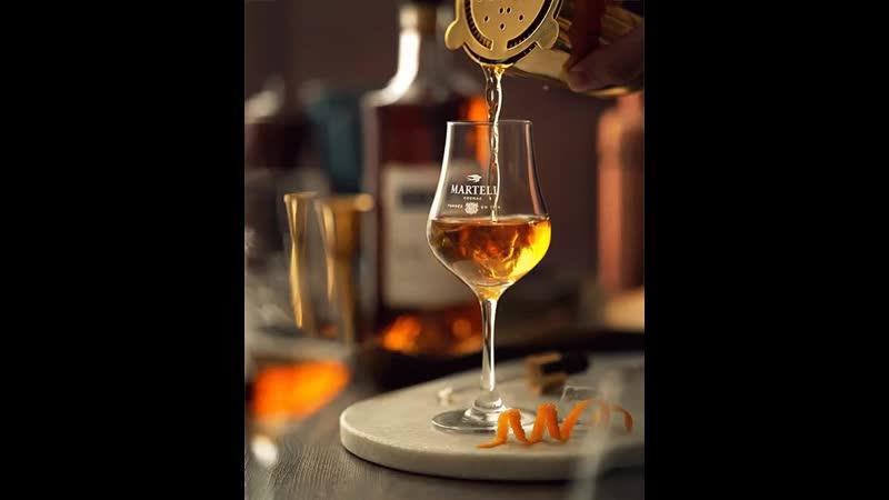 Видя пустой стакан, пессимист думает: Всё выпили, гады!, а оптимист: Ещё не наливали! 🍷