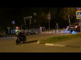Подростки катаются без глушителя на мопеде по городу