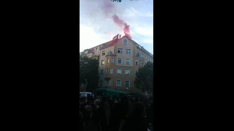 Hier sieht man wie die gewalttätigen Antifa Terroristen in Berlin noch angeheizt werden
