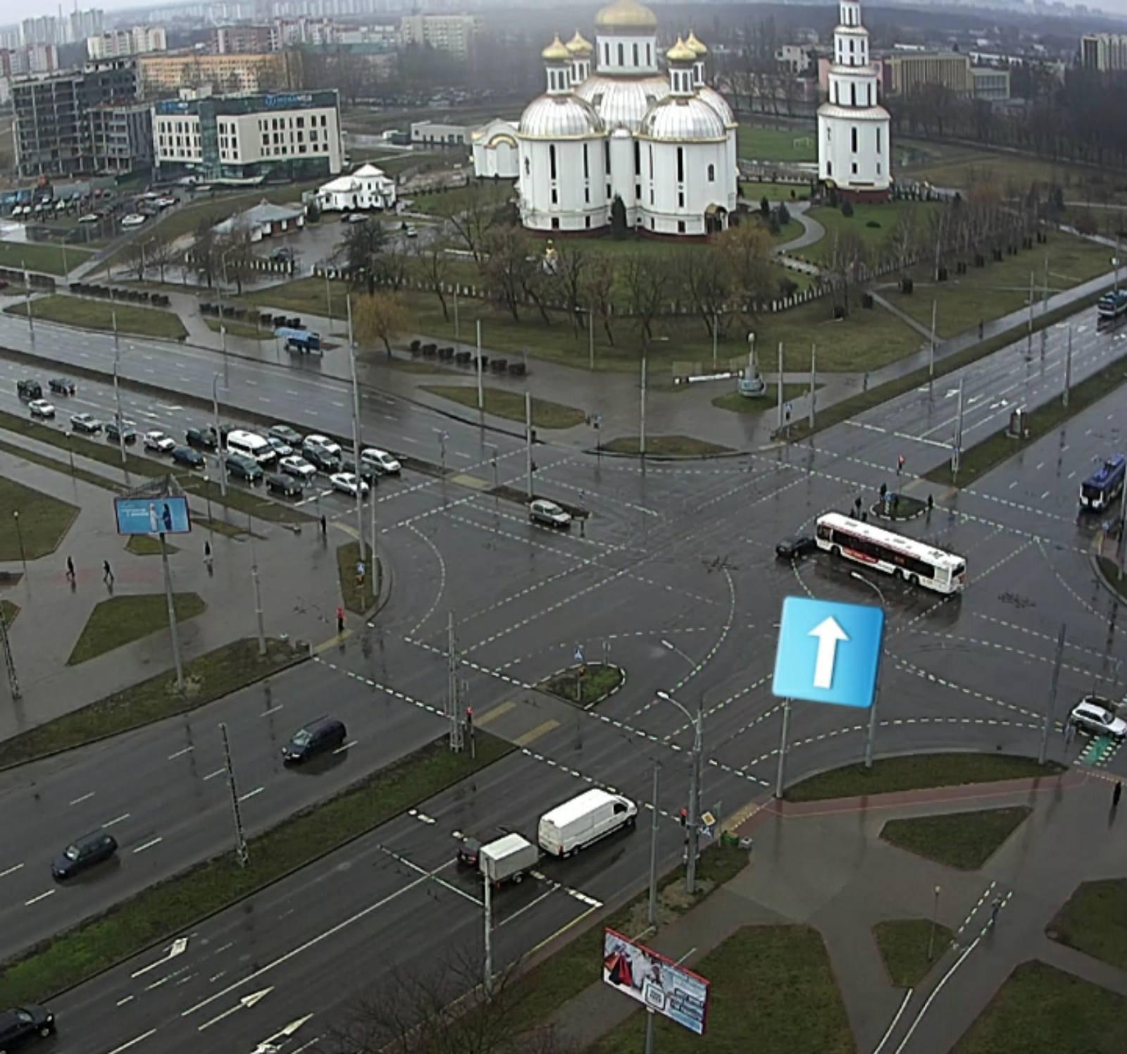 """Водитель автобуса """"наказал"""" легковушку на Московской"""