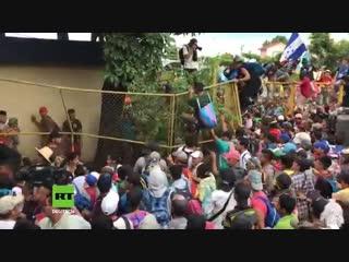 Guatemalatausende migranten stürmen guatemala-mexiko-grenze auf dem weg in die usa