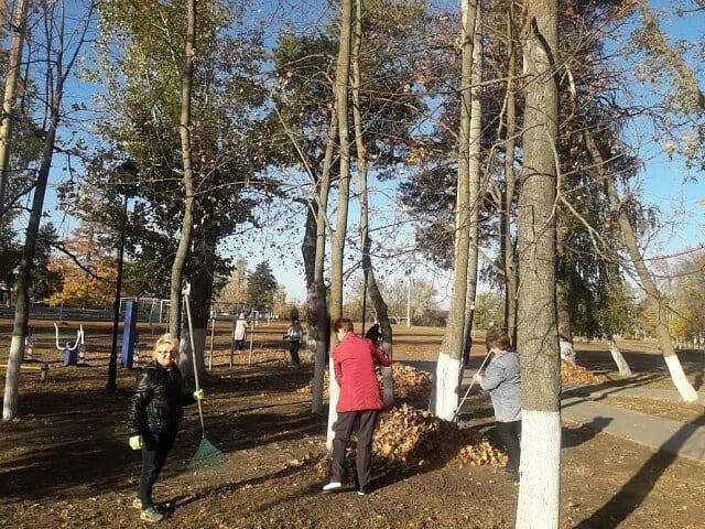Территорию парка культуры и отдыха Петровска привели в порядок сотрудники учреждений, подведомственных управлению культуры и кино