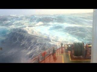 Корабль, попавший в шторм возле Антарктики. Волны высотой до 15 метров.