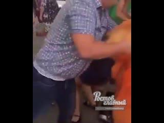 В Азове прохожая напала на девушке в костюме промоутера  Ростов-на-Дону Главный