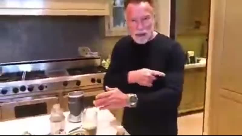 Арнольд Шварценеггер рекламирует протеиновый коктейль для роста мышц