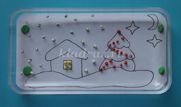ПЛАСТИЛИНОГРАФИЯ НА ТЕМУ «НОВЫЙ ГОД» Аппликация пластилином замечательный по своим возможностям вид изобразительной деятельности. Он позволяет ребёнку освоить объём, сделать картинку рельефной,