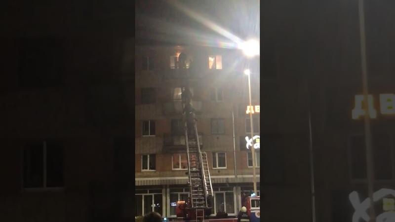 Пишут что это Барановичах избивают человека на балконе которого висел бело красно белый флаг