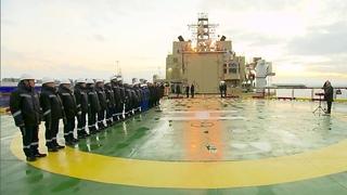 Владимир Путин в Санкт-Петербурге принял участие в церемонии спуска на воду нового ледокола.