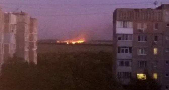 В Луганске произошел пожар на завод, горело и поле — соцсети (фото)