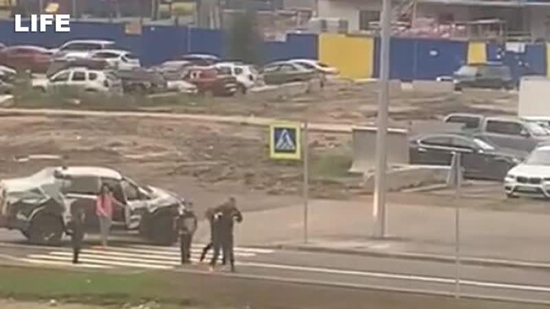 Водитель напал на женщину с детьми на пешеходном переходе