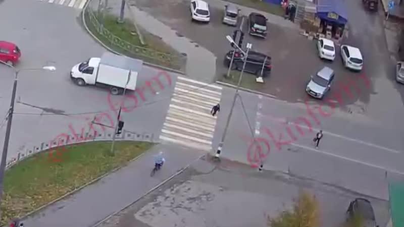 Мальчик решил перебежать дорогу на красный сигнал