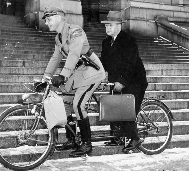 «Человеком века» по данным колорадской газеты «The Denver Post» 1999 года. После напaдения японцев на Пёрл-Харбор Франклин Рузвельт издал чрезвычайный указ 9066 о перемещении около 120 000