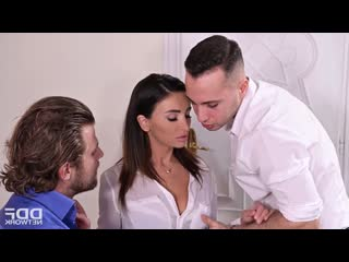 МЖМ в офисе. Alyssia Kent. Порно в офисе. Два мужика ебут секретаршу. Секс с секретаршей в чулках. ПОрно в телесных чулках