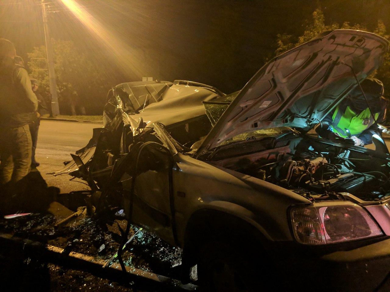 ДТП в Омске: иномарку от удара в столб разорвало на две части