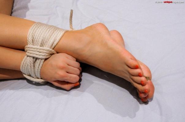 завязали женщине ножки - 12