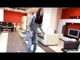 Девушка описалась в мебельном магазине (desperwetting)