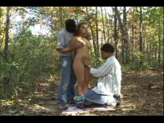 Принудительный CMNF  девушку-фотографа насильно раздевают и лапают в лесу