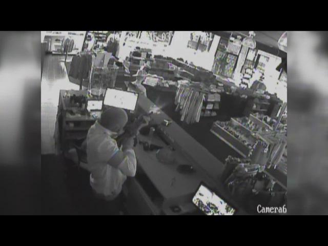 Продавец расстрелял грабителей из AR 15 - Surveillance video captures shootout between would-be burglars, Bouchard's owner