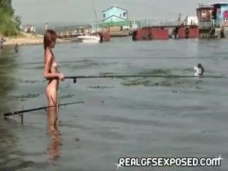 NiP, OON, CMNF  голая девушка ловит рыбу со своими друзьями