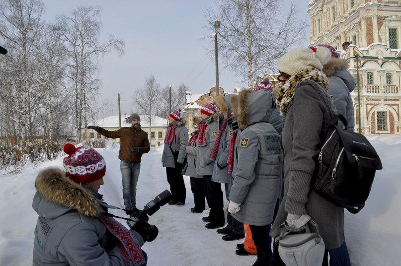 Директор музея Максим Черных проводит экскурсию по городу.
