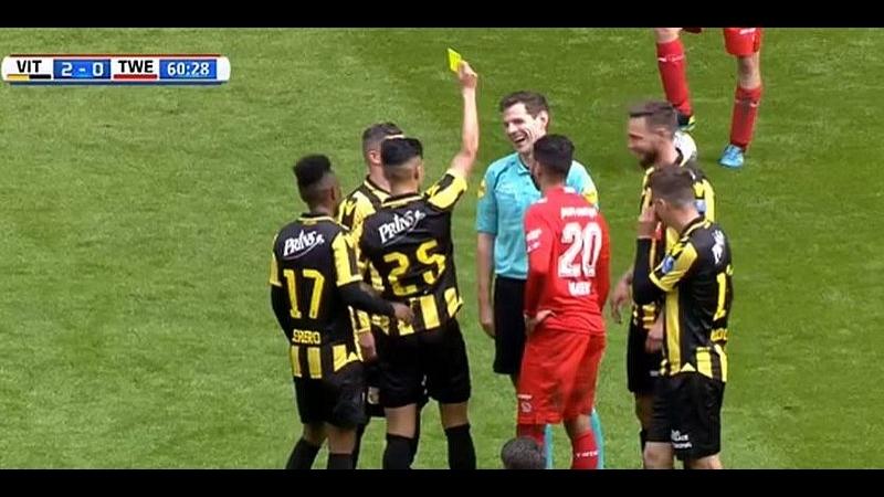 У чемпіонаті Нідерландів арбітр отримав жовту картку за симуляцію