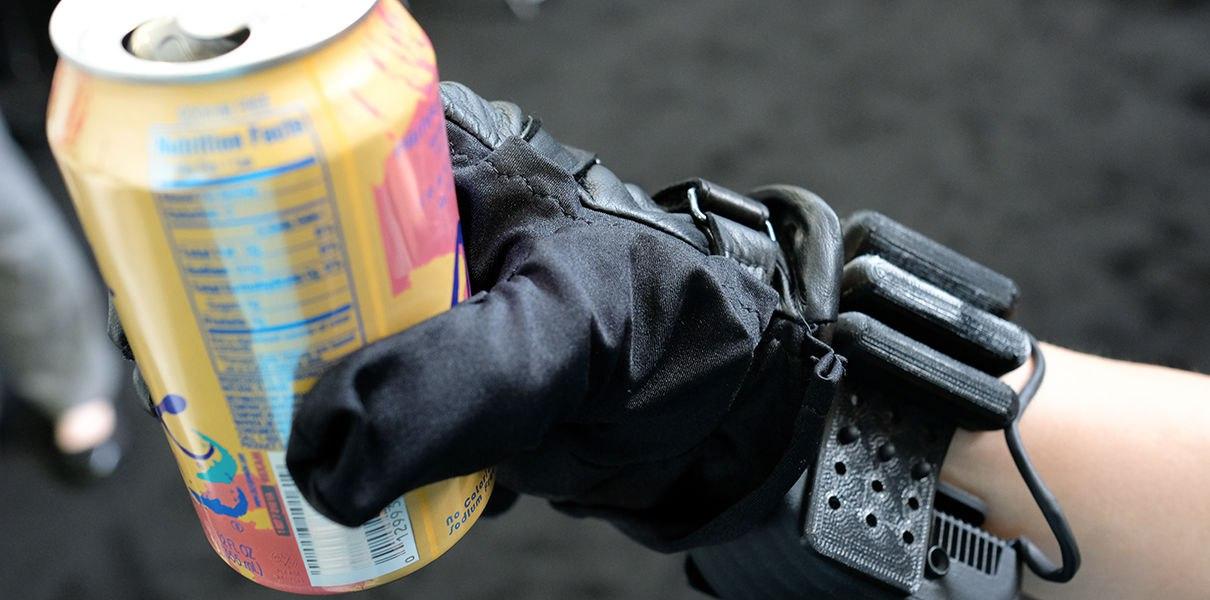 Стартап изобрел перчатки, наделяющие суперсилой