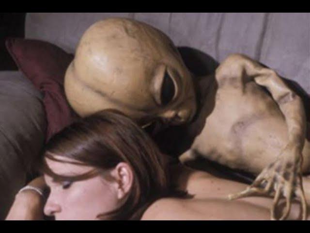 Extraterrestre Violador sorprendido por sensual Mujer