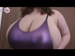 Sarah rae shaking her boobs!