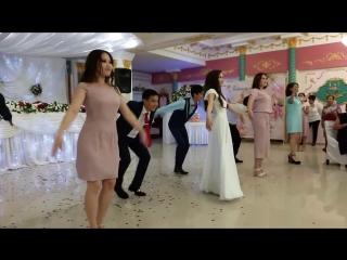 Калмыцкий танец жениха и невесты! Басана и Эльвег - красивая, приятная в общении и классно зажигающая пара! БРАВО! День 1 - свад