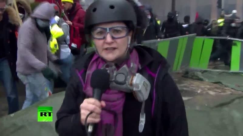 Журналист RT попала в гущу событий на протестах «жёлтых жилетов»