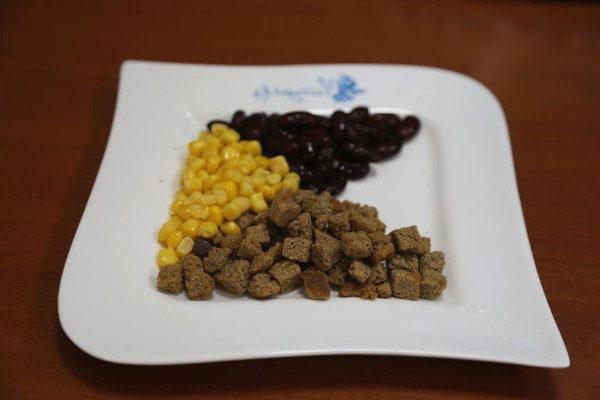 Салат с ветчиной, фасолью и сухариками за 4 минуты, изображение №3