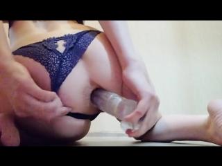 Девушка трахает сама себя в жопу