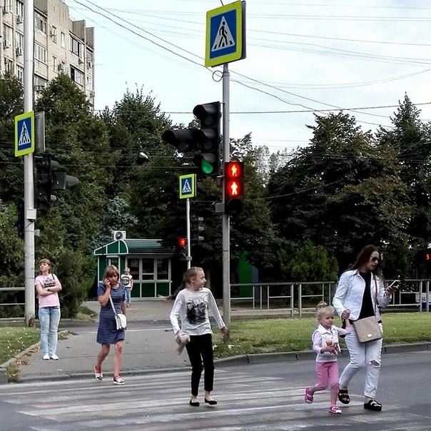 темное фото люди и светофоры знаю