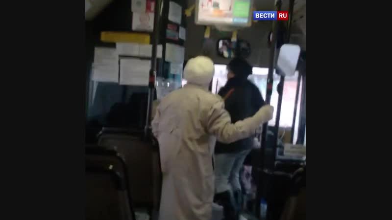 Всю исцарапала до крови: схватка кондуктора и старушки попала на видео