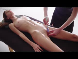 Leona Mia fazendo massagem profunda