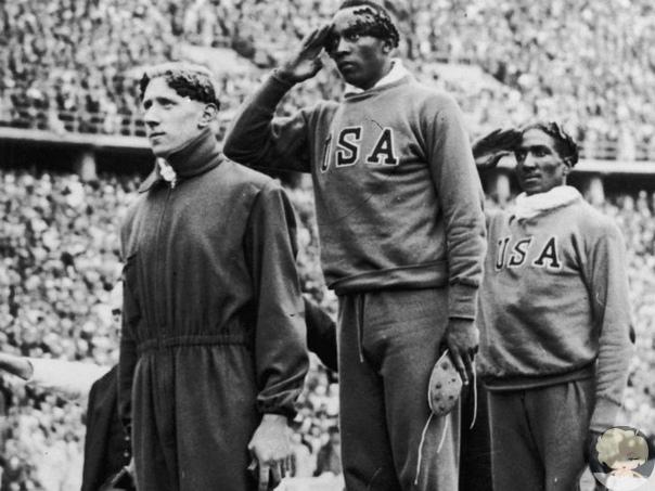 История фото Олимпийские игры 1936 года в Берлине должны были стать подтверждением гитлеровской теории о превосходстве арийской расы. Однако американский темнокожий легкоатлет Джесси Оуэнс