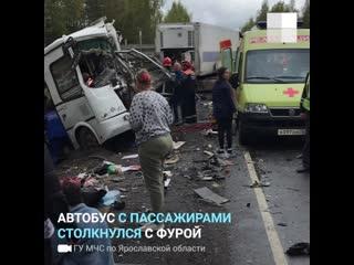Фура протаранила автобус с пассажирами в Ярославской области, 8 человек погибли