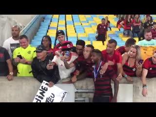 Rodinei atende fãs no final da partida