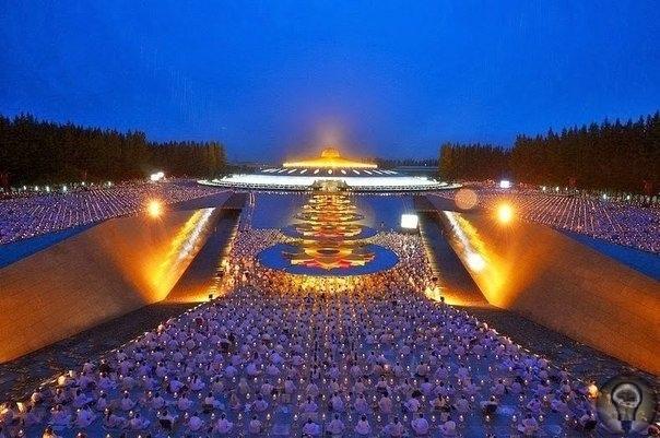 БУДДИЙСКИЙ ХРАМ, ПОХОЖИЙ НА КОСМИЧЕСКИЙ ОБЪЕКТ В Таиланде насчитывается около 40 тысячи храмов, и, пожалуй, один из самых интересных, - буддийский храм Wat Phra Dhammaaya. Он славится своими