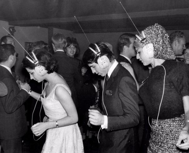 Ночной клуб в Нью-Йорке, где каждый сам выбирает под какую музыку танцевать, настраивая её в своих наушниках, 1963 год