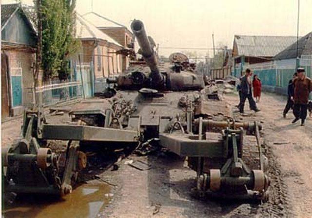Танк, подорванный в селе фугасом, стоящий на улице Кооперативной