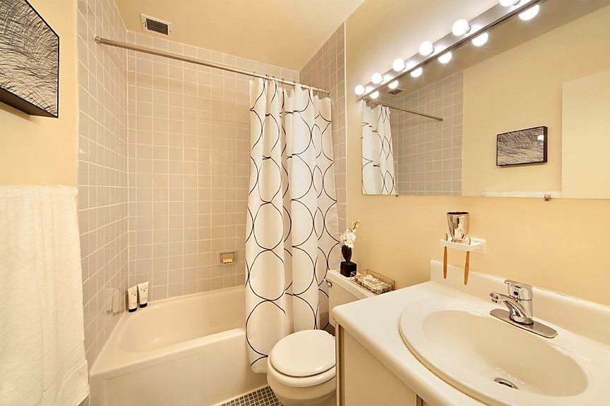 Сочетание плитки и краски в ванной 6 кв.м.