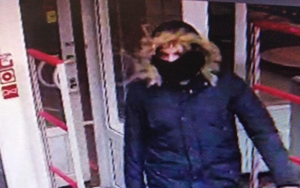 В Минске двое в масках зашли в магазин, набрали алкоголя и ушли. Попробуй узнай их