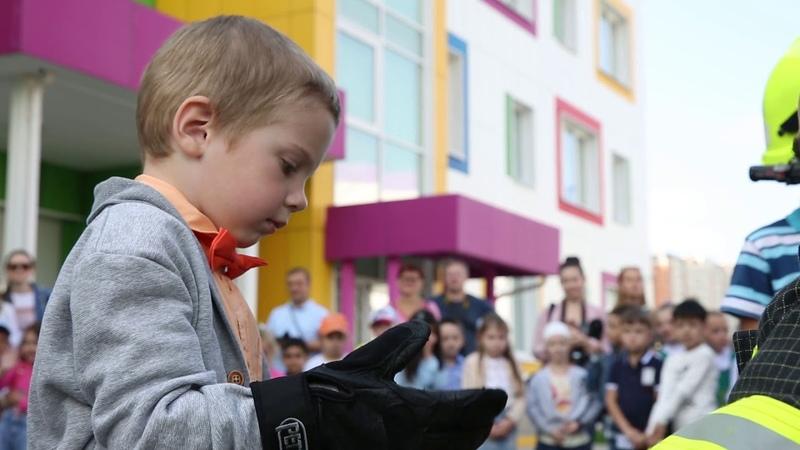 Сюжет МЧС Медиа Спасатели ГКУ МАЦ с таксой Марусей проводят мастер класс в детском саду