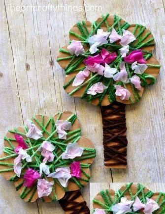Весеннее дерево из картона и ниток С детьми 4-6 лет можно сделать довольно простую поделку на весеннюю тему в виде дерева из картона и пряжи для вязания.Вырезаем контур дерева- крону со стволом