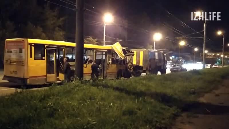 Автобус №21 увозят с места аварии в Ижевске