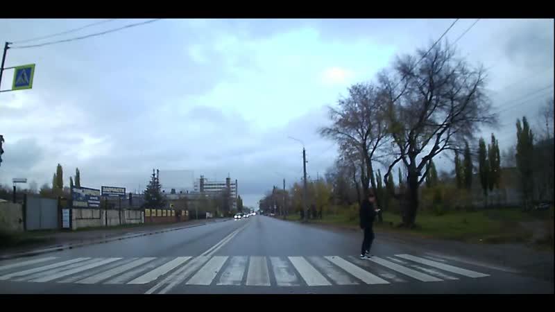 ул. Элеваторная: бессмертные переходят дорогу/ один в телефоне другой в капюшоне /